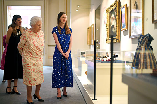 الملكة إليزابيث تفتتح معرضا صيفيا يتمحور حول جدتها  الملكة فيكتوريا (4)