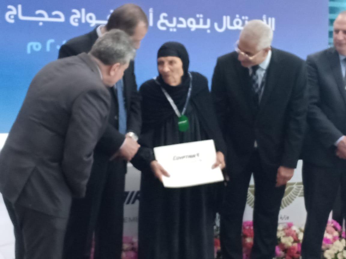 مصر للطيران ترد قيمة تذكرتين إلي الأراضي المقدسة لأكبر الحجاج سنا (3)