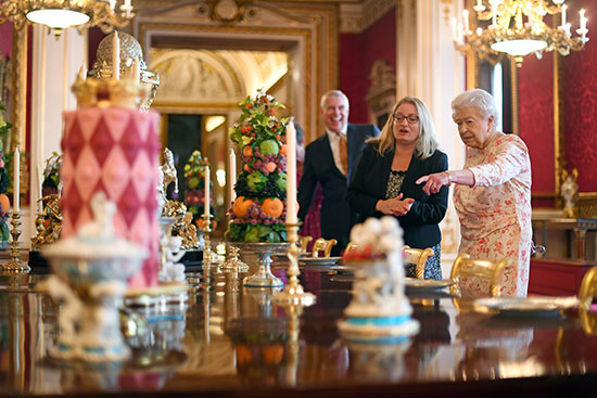 الملكة إليزابيث تفتتح معرضا صيفيا يتمحور حول جدتها  الملكة فيكتوريا (3)