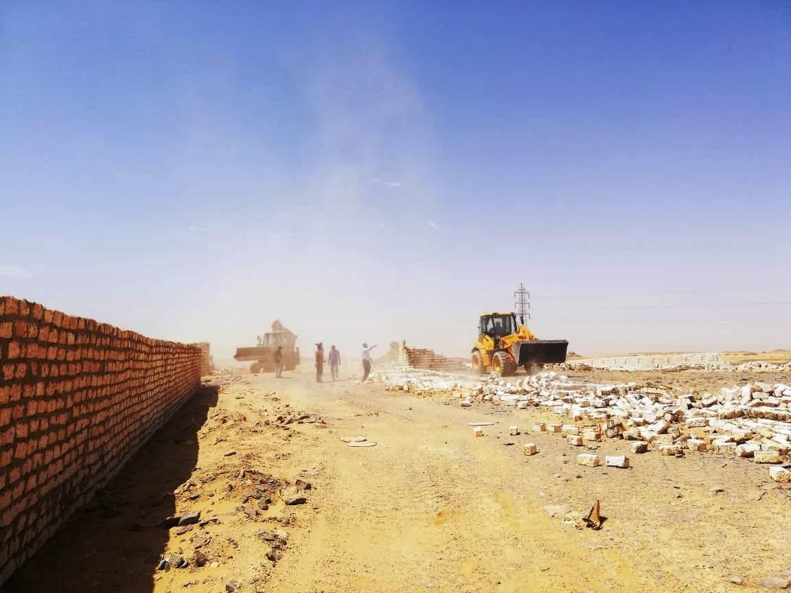 إزالة تعديات على مساحة 50 ألف متر مربع غرب أسوان (3)
