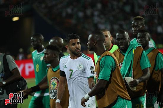اشتباكات لاعبى الجزائر والسنغال  (7)
