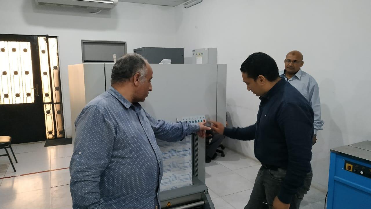 مدير مركز إصدار الفواتير يشرح آلية عمل الطابعة