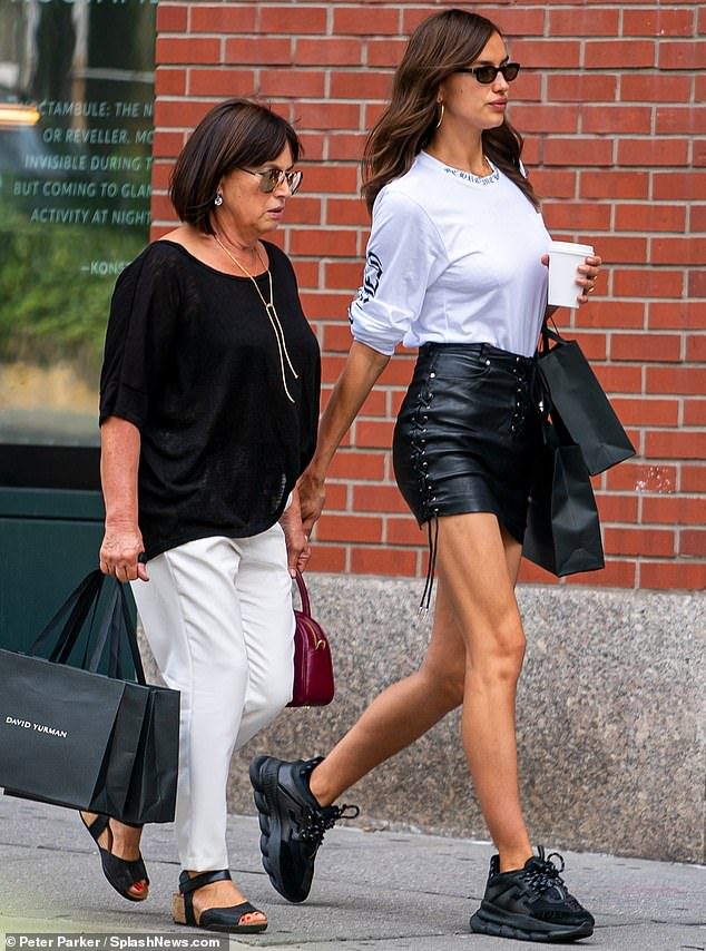 ايرينا شايك ووالدتها  (3)