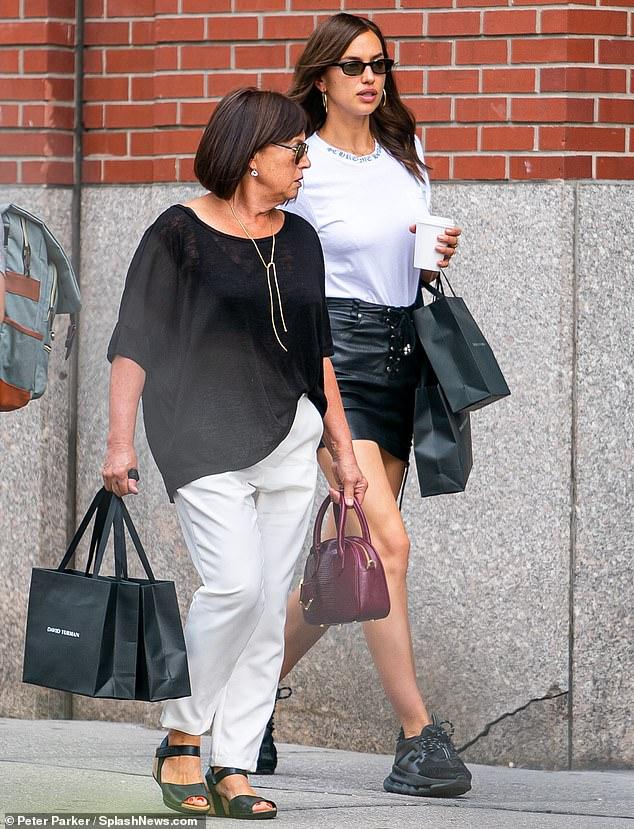 ايرينا شايك ووالدتها  (2)