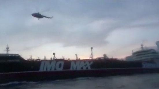 هليكوبتر بها جنود ملثمين