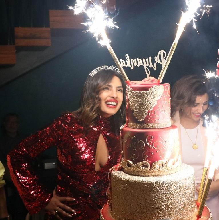 بريانكا شوبرا تجتفل بعيد ميلادها مع زوجها  (8)