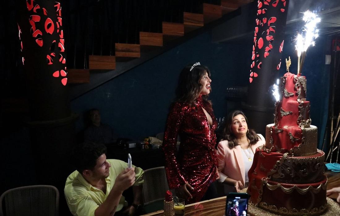 بريانكا شوبرا تجتفل بعيد ميلادها مع زوجها  (7)