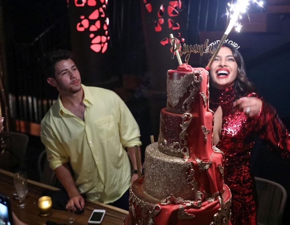 بريانكا شوبرا تجتفل بعيد ميلادها مع زوجها  (1)