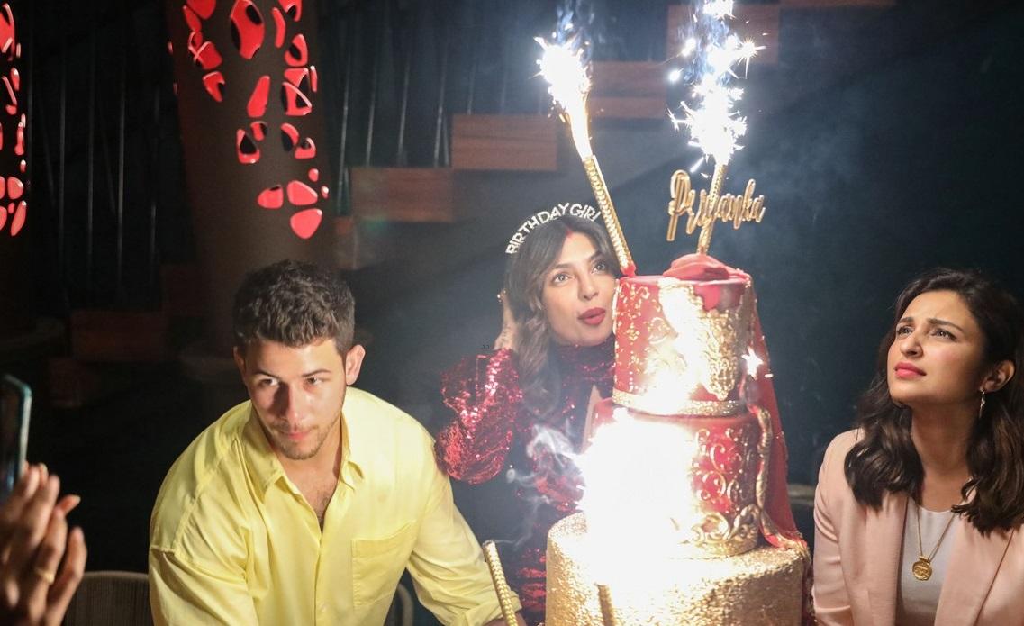 بريانكا شوبرا تجتفل بعيد ميلادها مع زوجها  (2)