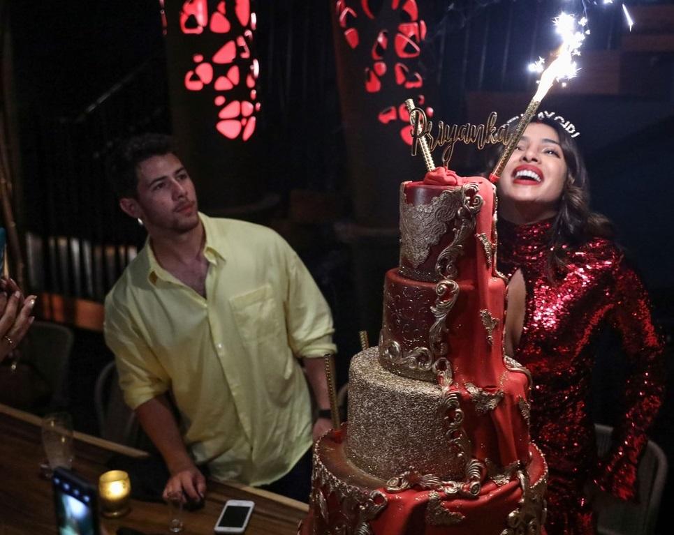 بريانكا شوبرا تجتفل بعيد ميلادها مع زوجها  (9)