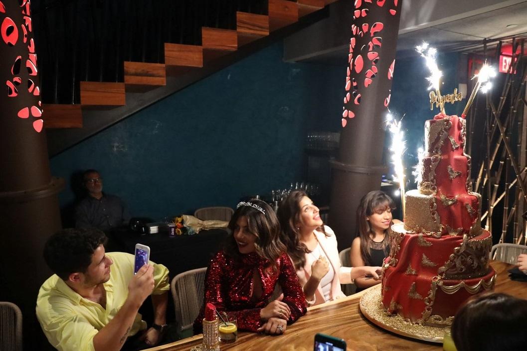 بريانكا شوبرا تجتفل بعيد ميلادها مع زوجها  (6)
