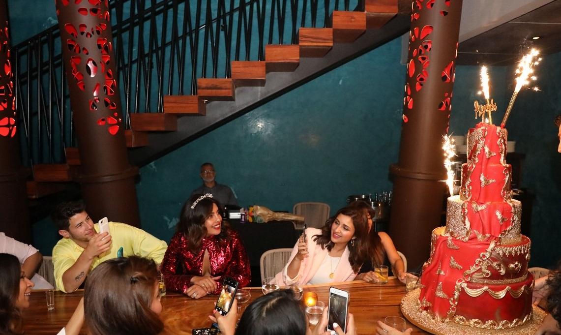 بريانكا شوبرا تجتفل بعيد ميلادها مع زوجها  (5)