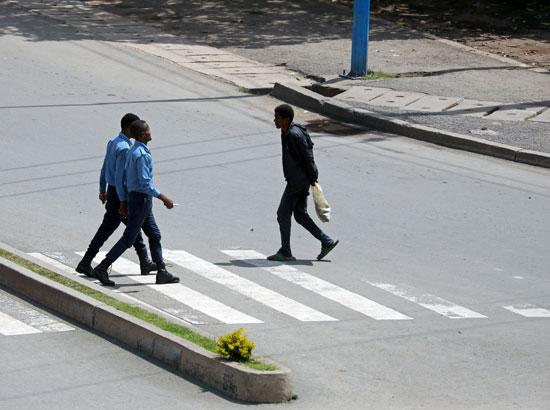 أشخاص يتجولون فى الشوارع