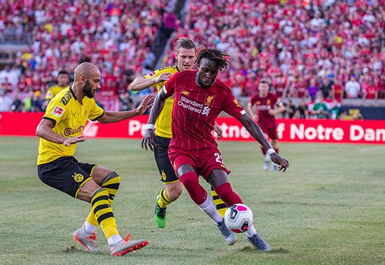 صراع على الكرة بين لاعبى الفريقين