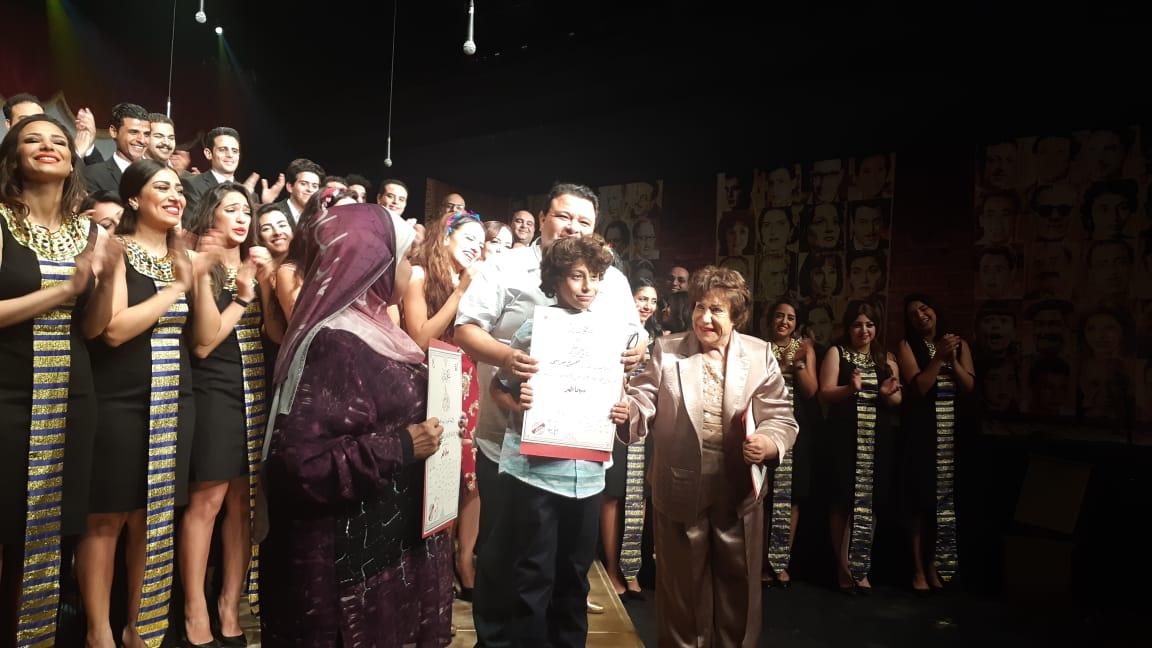 خالد جلتال يكرم حفيد محمود مرسي