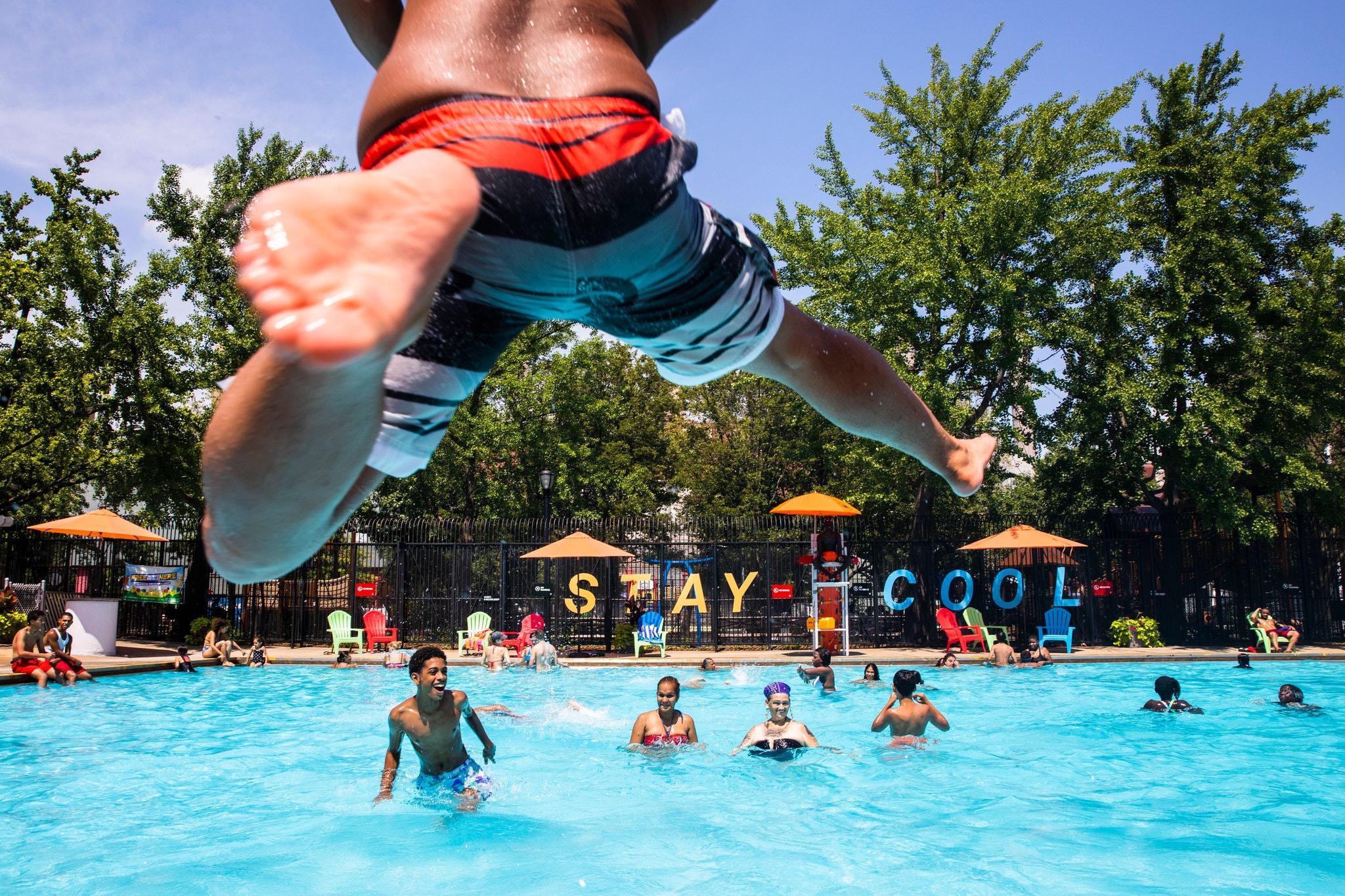 الامريكيون يلجأون لحمامات السباحة العامة هروبا من الحرارة