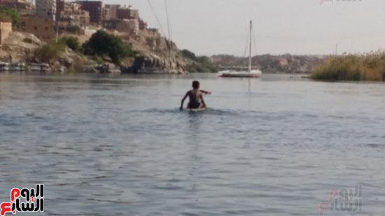 السباحة-فى-النيل-والترع-خلال-فصل-الصيف-بأسوان-(5)