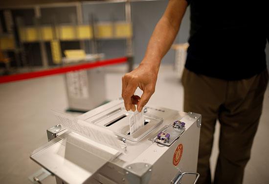 مواطن يابانى يدلى بصوته فى انتخابات مجلس الشيوخ الياباني في طوكيو