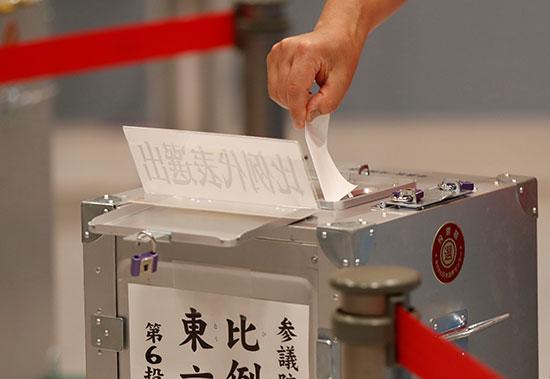 صندوق الاقتراع فى انتخابات مجلس الشيوخ الياباني في طوكيو