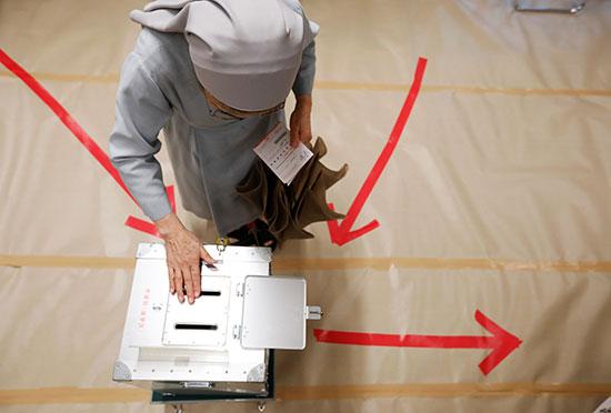 سيدة عجوز تدلى بصوتها فى انتخابات مجلس الشيوخ الياباني في طوكيو