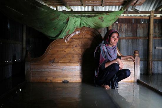 سيدة داخل منزلها الغارق فى مياه الفيضانات