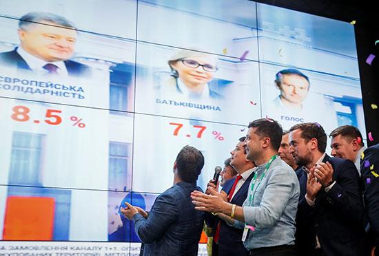 رئيس أوكرانيا يتابع نتائج الانتخابات