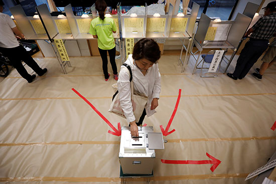 ناخبة تدلى بصوتها فى انتخابات مجلس الشيوخ الياباني في طوكيو
