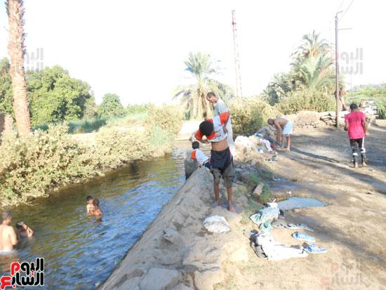 السباحة-فى-النيل-والترع-خلال-فصل-الصيف-بأسوان-(1)
