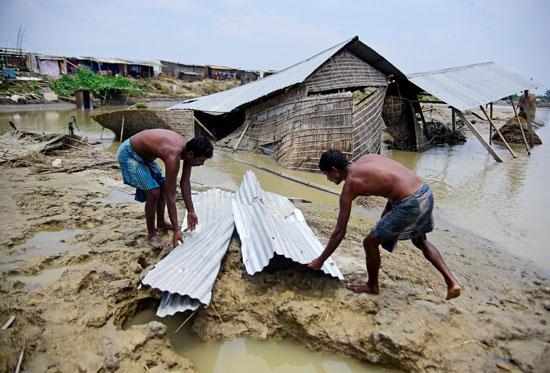 إعادة بناء الأكواخ فى الهند