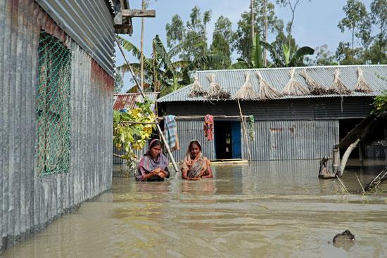 سيدات فى مياه الفيضانات