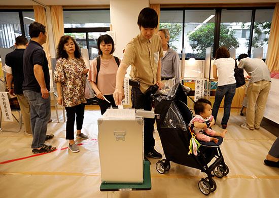 مركز تصويت أثناء انتخابات مجلس الشيوخ الياباني في طوكيو