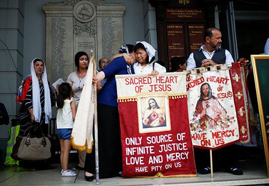مشاركون يحملون الصور الدينية