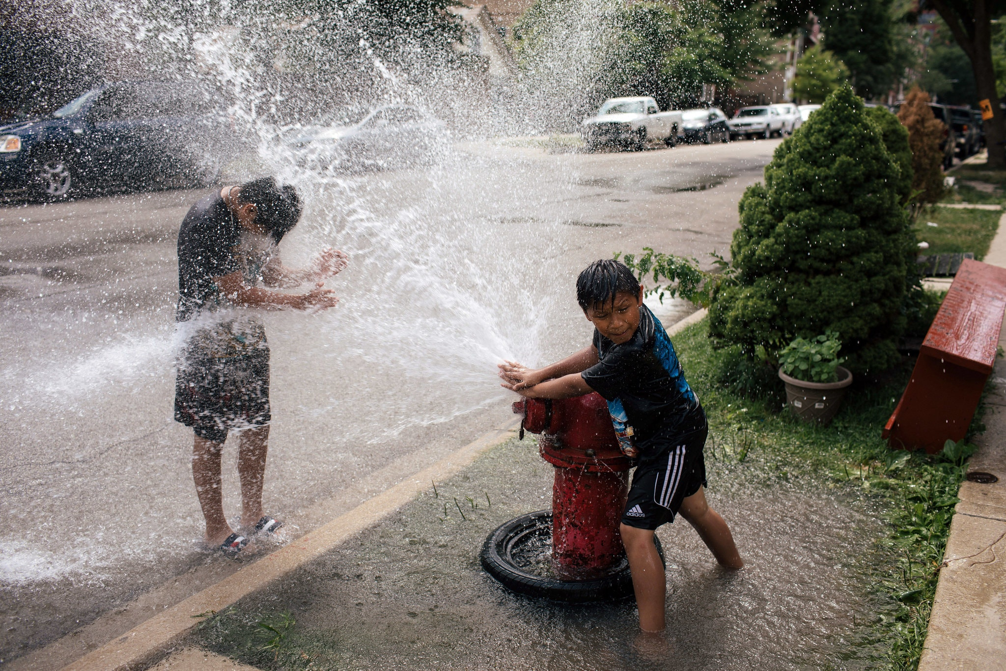 اطفال يتناوبون الرش بالمياه فى شيكاغو