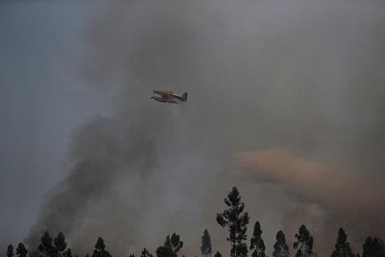 الطائرات تشارك فى إطفاء الحرائق