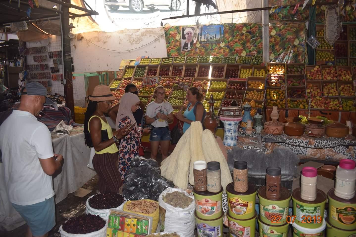 الوفود السياحية تزور سوق الخضار بالغردقة (2)