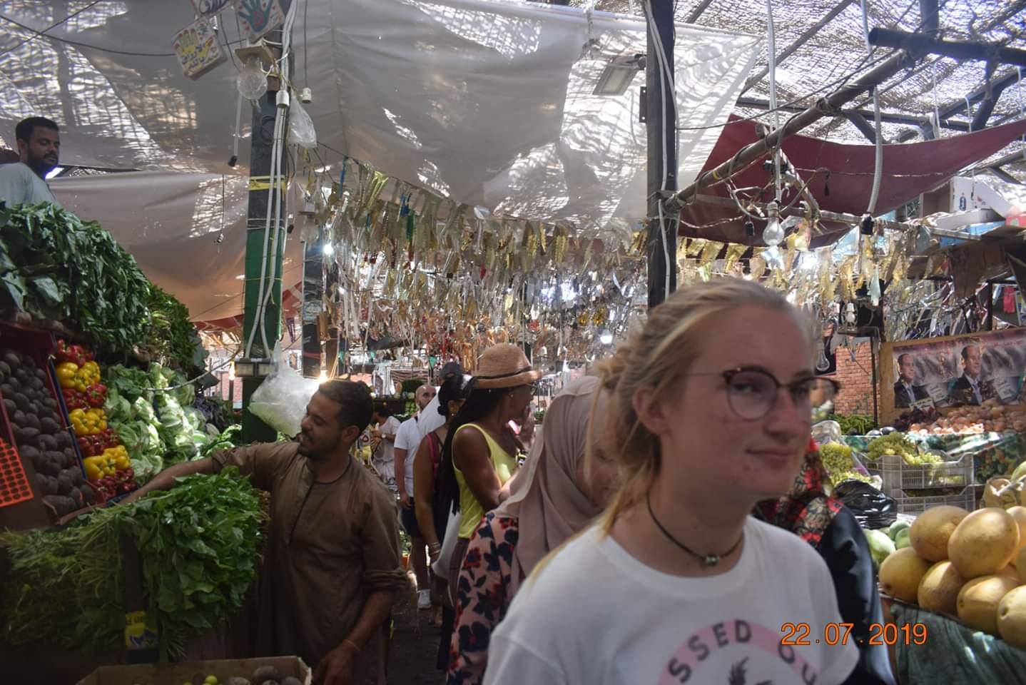 الوفود السياحية تزور سوق الخضار بالغردقة (5)