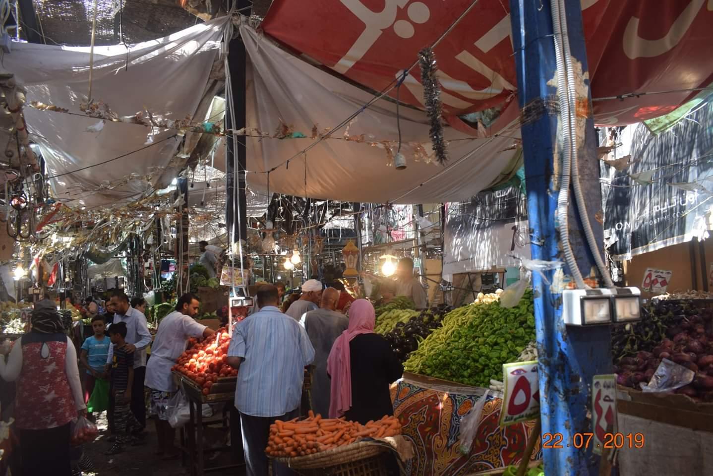 الوفود السياحية تزور سوق الخضار بالغردقة (3)