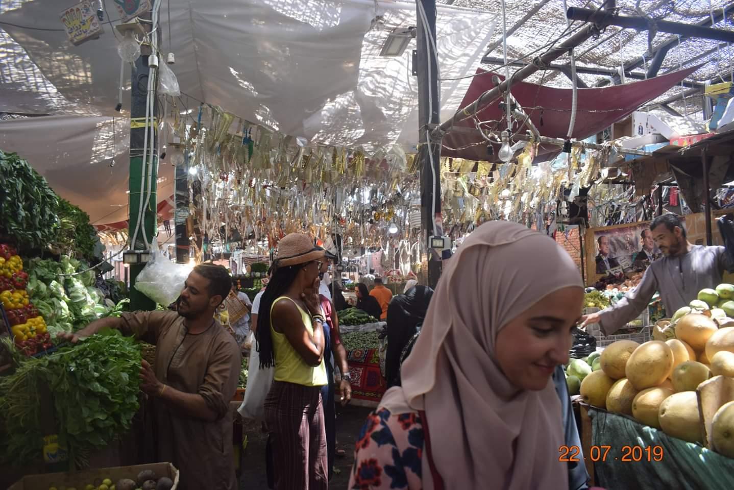 الوفود السياحية تزور سوق الخضار بالغردقة (4)