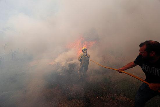 الدخان يملأ سماء القرية