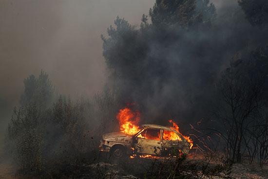 النيران تلتهم سيارة بالقرية