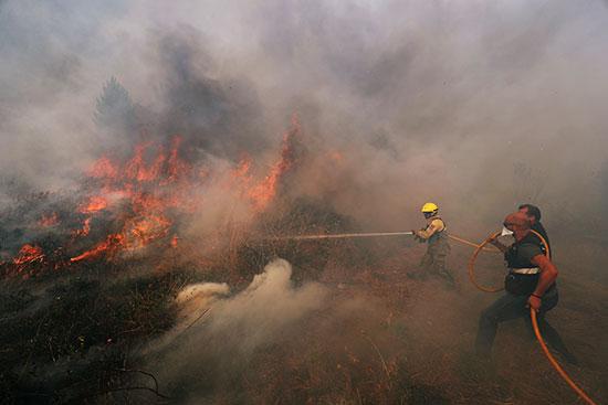 رجال الإطفاء يشاركون فى الإطفاء