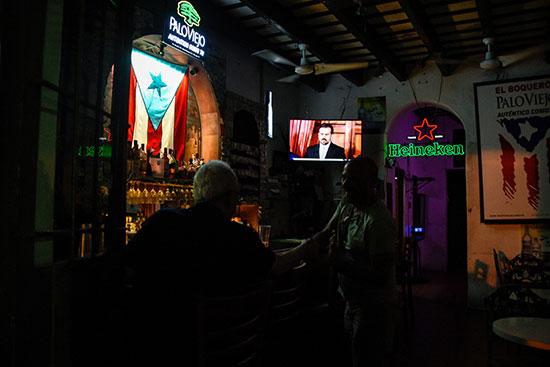 مواطنون على المقاهى يستموعون خطاب الحاكم