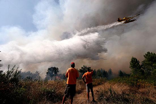 الأهالى يراقبون الطائرات خلال الإطفاء