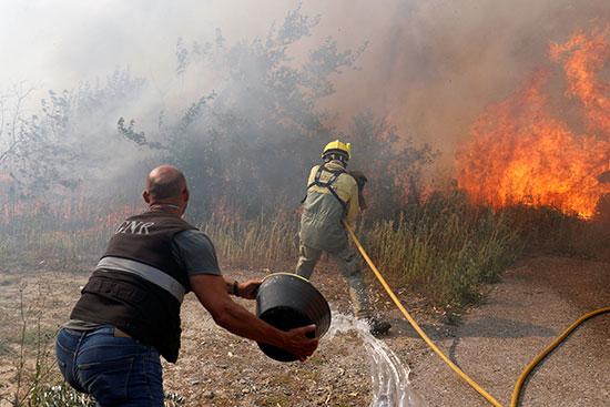 الأهالى تساعد فى إطفاء الحريق