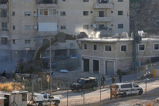 جرافة تهدم منزل فلسطينى