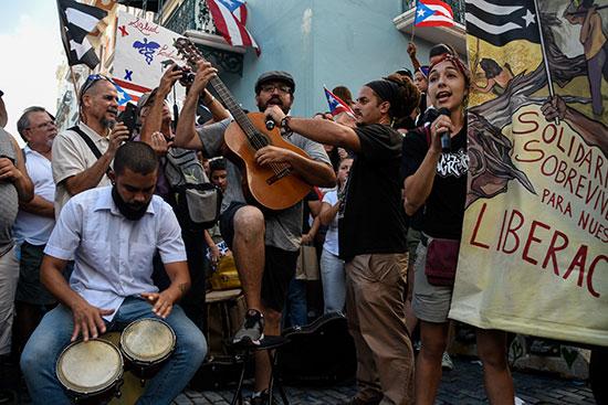 فرقة بابيل تقدم عروضها داخل المظاهرات