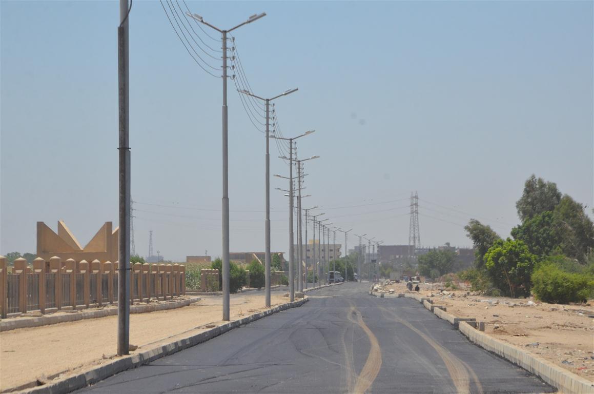 أعمال رصف الطريق المؤدى لمستشفى إسنا الجديدة (3)