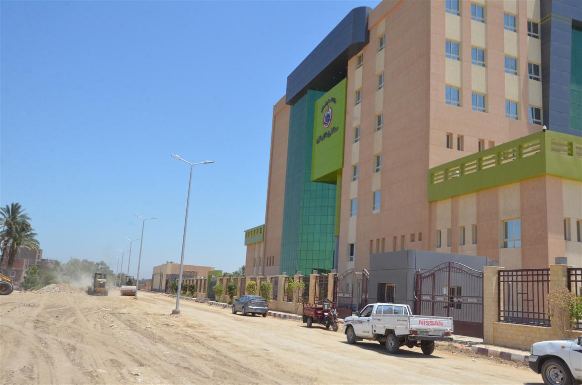 أعمال رصف الطريق المؤدى لمستشفى إسنا الجديدة (2)
