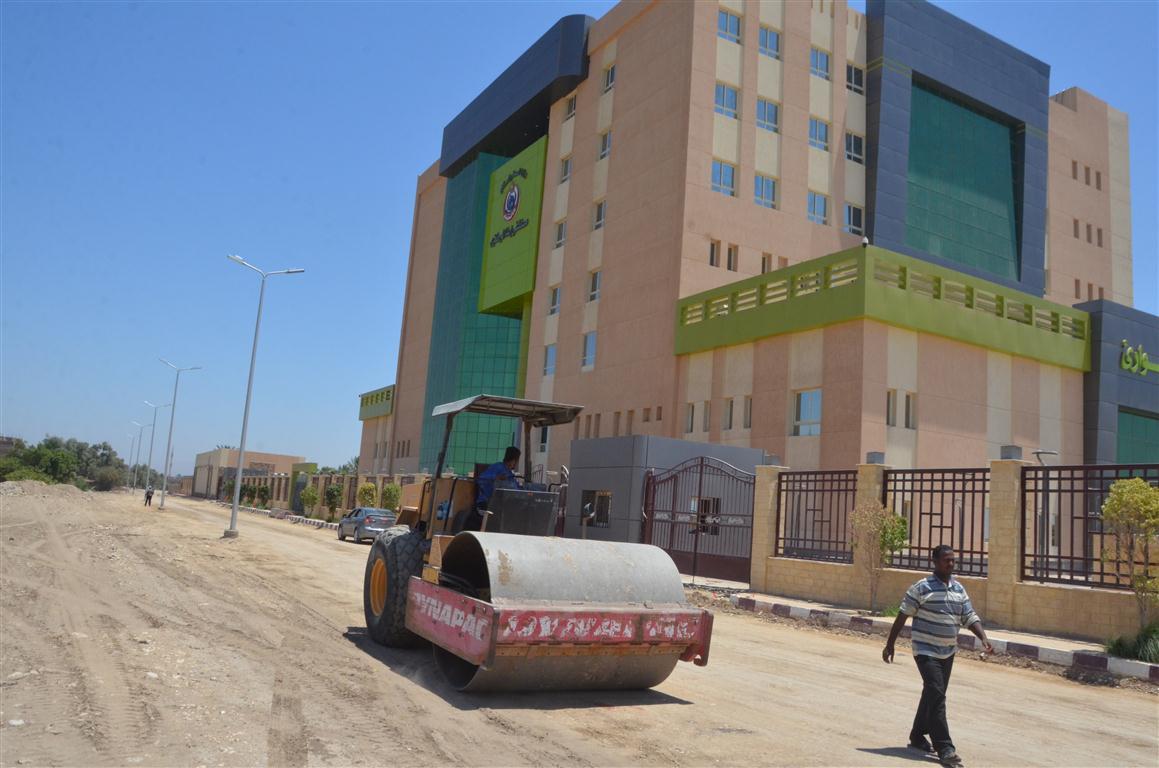 أعمال رصف الطريق المؤدى لمستشفى إسنا الجديدة (1)