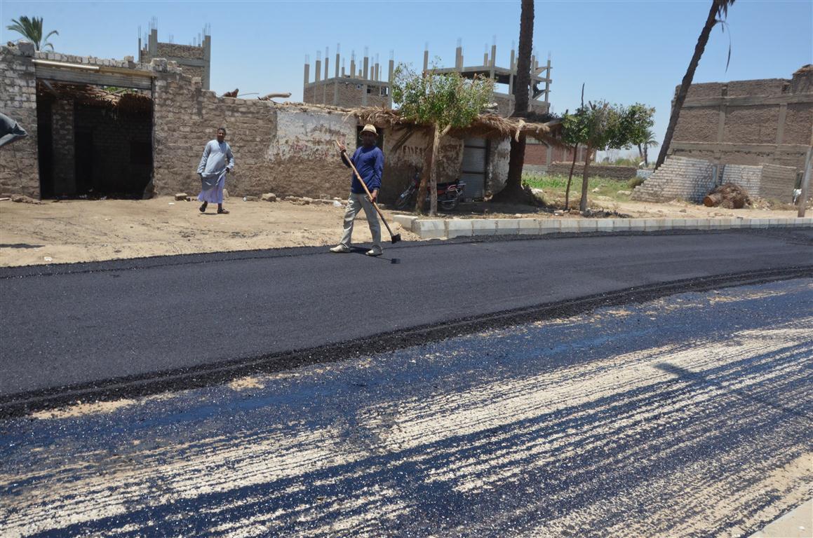 أعمال رصف الطريق المؤدى لمستشفى إسنا الجديدة (5)